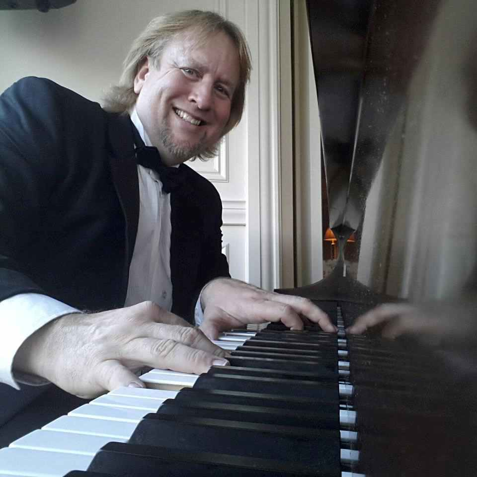 Pastor Rennie Kaufmann at the keyboard